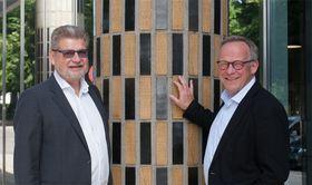 Økt risiko, men også behov for innovasjon gjør det tvingende nødvendig å bytte plattform. Det sier fra v. assisterende direktør Geir Jacobsen og direktør Lars Peder Brekk i Brønnøysundregistrene.