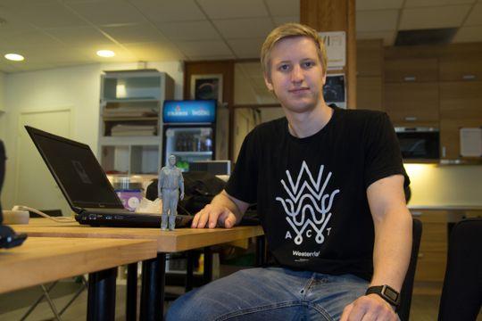 Christian Kulmus er bare 21 år gammel, men har likevel bygget seg opp et bra omdømme og omtales i visse kretser bare som «3D-skriver-guruen». Her er vi på Bitraf hvor jeg får overrakt verdens første Odd Richard i 3D-skrevet PLA-filament.