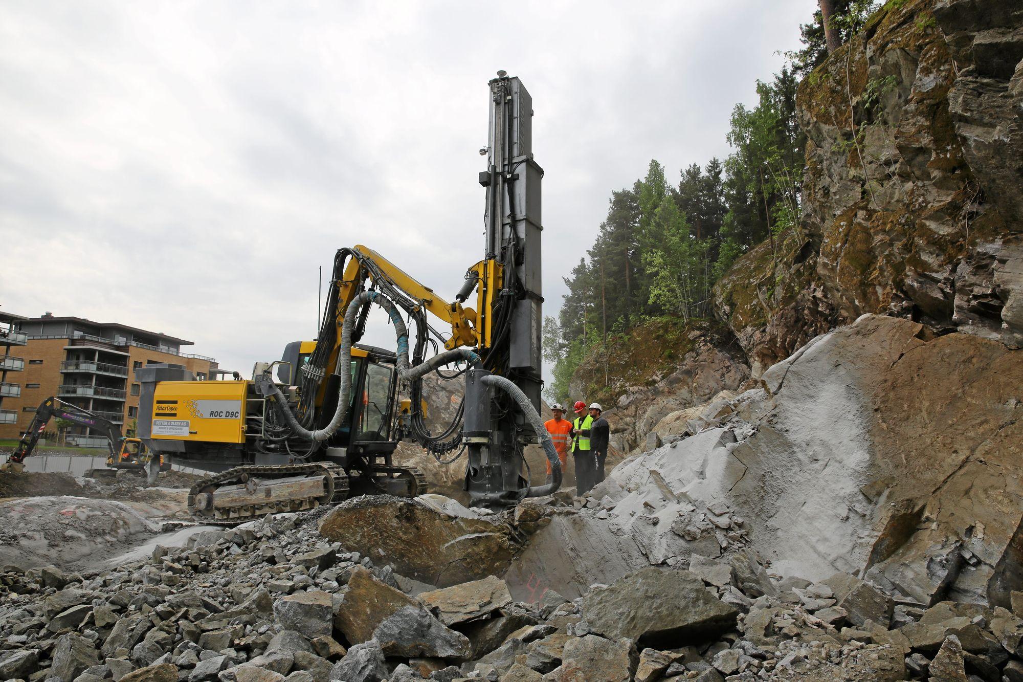 UNDER KONSTRUKSJON: Store og fete maskiner ble brukt under byggingen av kulverten.