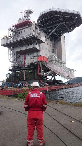 Den ferdige boligmodulen til Gina Krog-plattformen ble løftet ombord å en lekter, som i august skal frakte den til Nordsjøen.