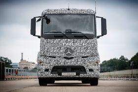 Daimler har vist frem en prototype, basert på en eksisterende treakslers modell.