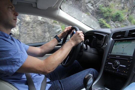 Kurt Lekanger, testsjef hos Tek.no, koser seg bak spakene. Verd å nevne er at kjøretøyet er utstyrt med «anti klam-i-kløfta»-vifter i begge forsetene, samt rygg- og rumpemassasje som betjenes via Sync-skjermen.