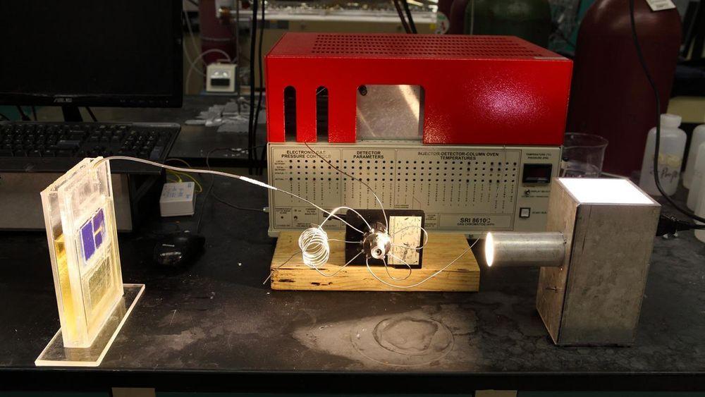 Simulert sollys driver en solvelle som konverterer atmosfærisk karbondioksid direkte til syntesegass.