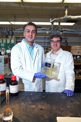 Amin Salehi-Khojin, førsteamanuensis ved UIC (venstre), og post doc Mohammad Asadi med solcellen som konverterer CO2 til syngass.