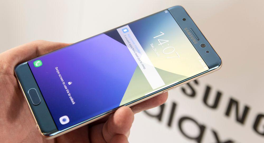 Galaxy Note 7 får en låseskjerm som tilpasser fargene avhengig av hvordan du holder den. Effekten er fullstendig unyttig, men veldig stilig.