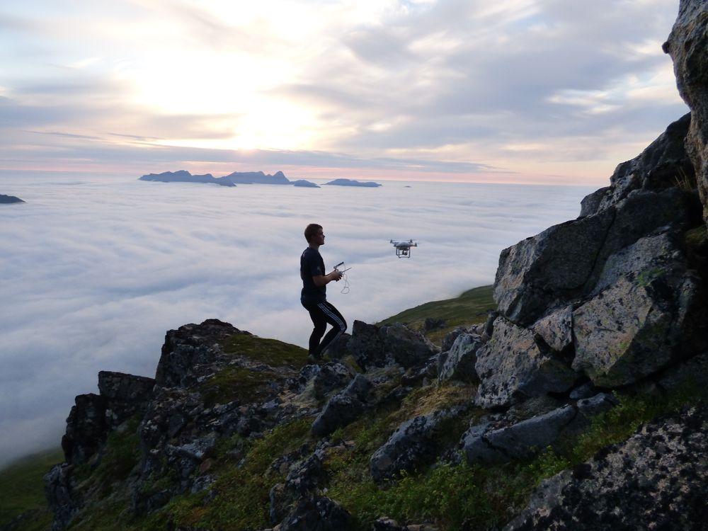 Høyt over skydekket, flyr Mathias sin drone i klar luft med god sikt.
