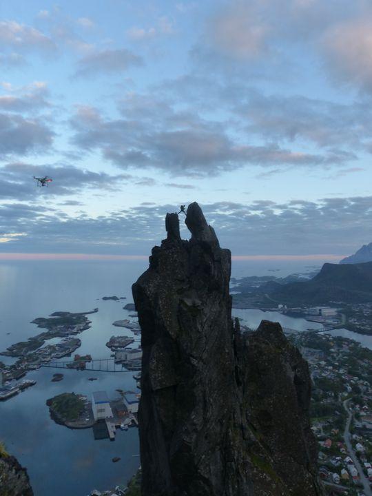 Svolværgeitai Lofoten er en dramatisk fjellformasjon, som blir et spektakulært skue også når den filmes med drone (til venstre skimtes den i bildet).