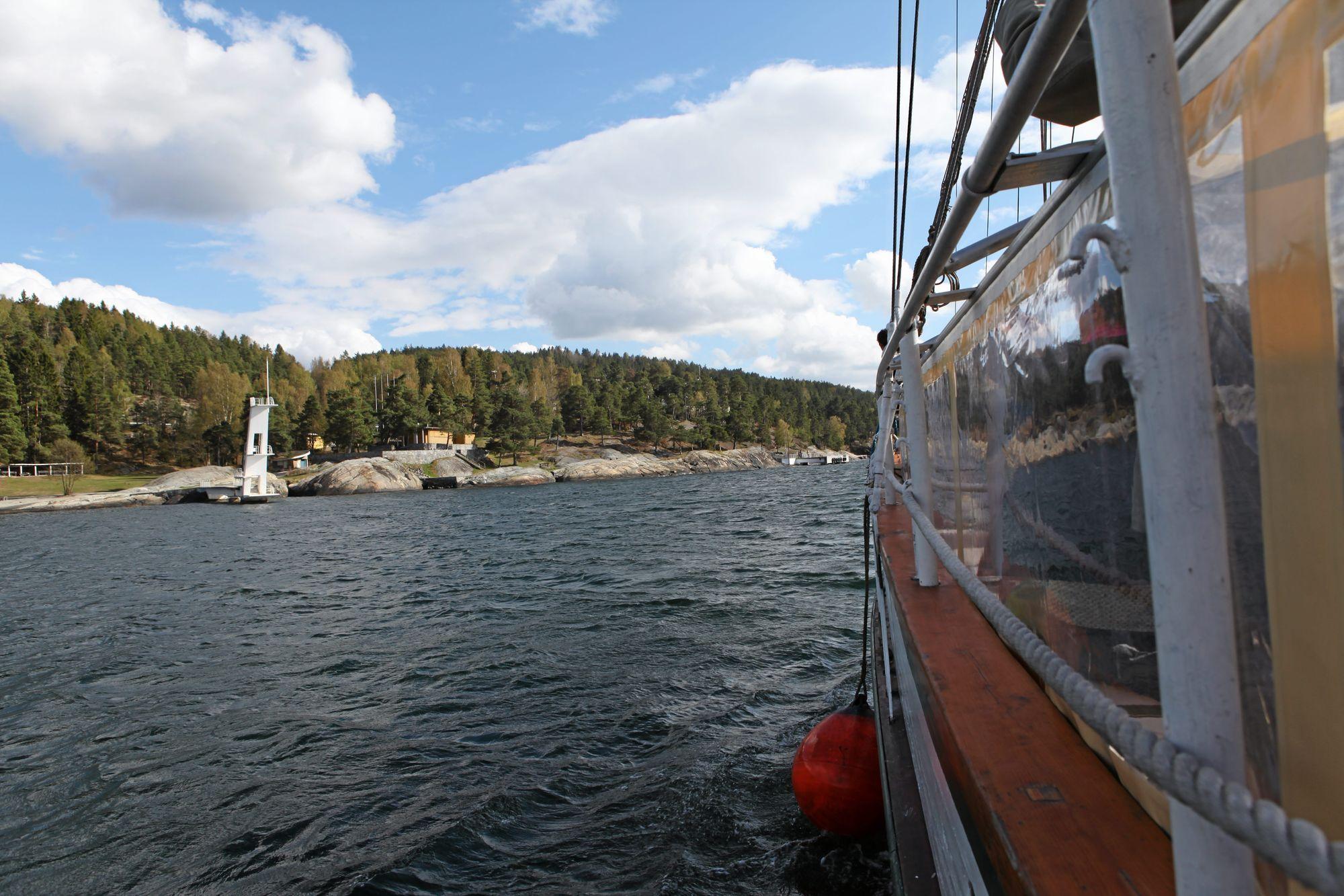 FRA SJØSIDEN: Badebåten er for lengst lagt ned, men har du båt, er det flott å ta sjøveien til Den Hvite Elefant.
