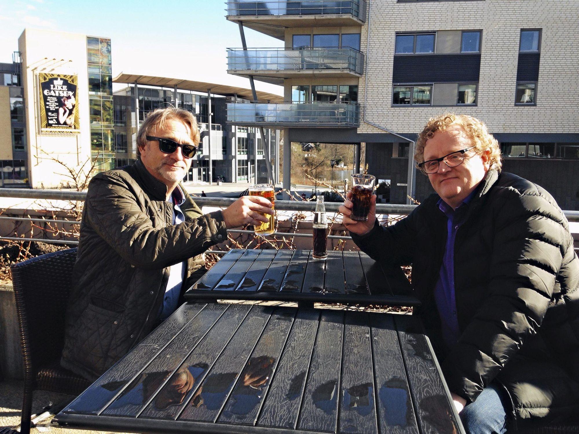 STORKOSER SEG: Alex Wisting (50) (t.v.) og kameraten Dag Samuelsen (50) koser seg på Kullebunden Spiseri. Mens Samuelsen tok seg en cola, ble det sommerpils på Visting, og den betalte han 76 kroner for.