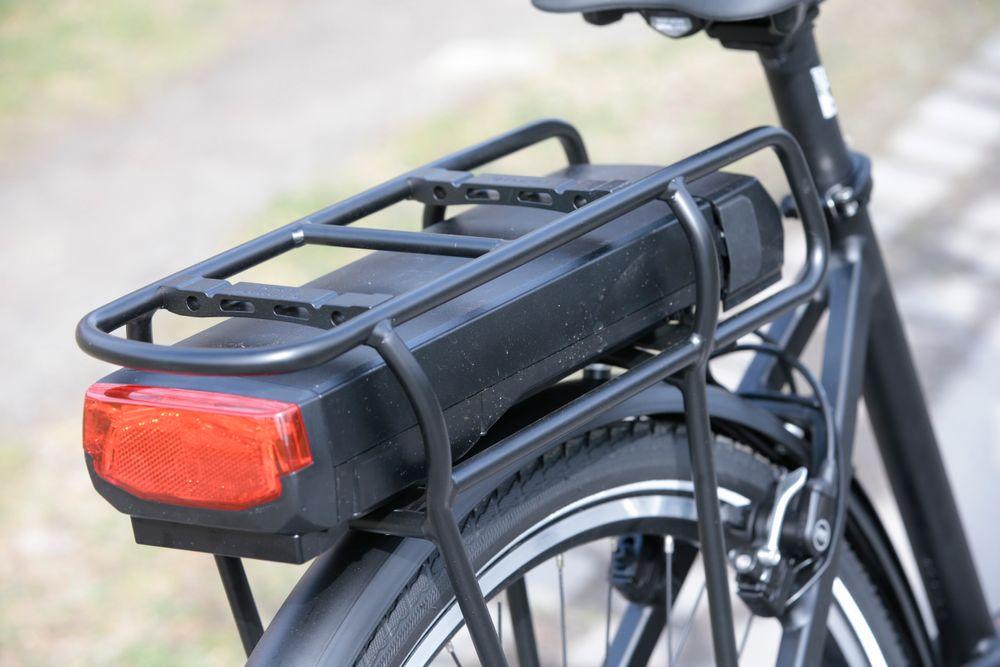 Elsykkel med batteriet plassert under bagasjebrettet. Antallet solgte elsykler går opp.