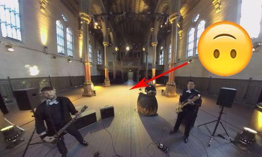 Når duutfører selve klippingen av enVR-video,skjer det på samme måte som en vanlig film. Men det er en hel del effekter du ikke kan bruke. En typisk feil er at effektene gir en strek iskjøten der det flate 2D-bildet blir brettet rundt som en VR-film. Klipp på bildet for å se full versjon, så ser du feilen i enden av pila.