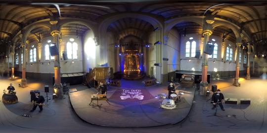 En VR-video brettet ut i sin 2D-drakt, som er formatet vi forholder oss til etter at bildet fra de fire kameraene er sydd sammen. Venstre og høyre ytterkant passer perfekt sammen når filmen brettes rundt til en VR-video.