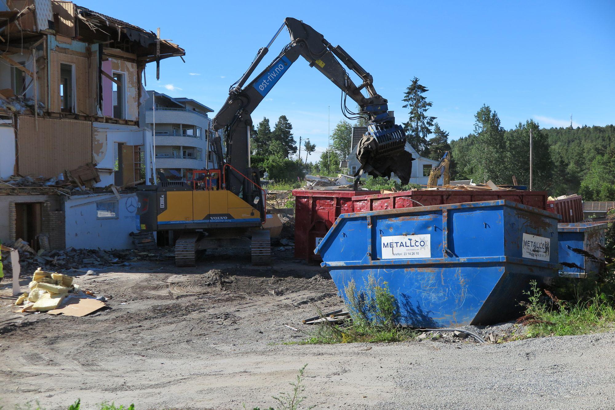 JEVNET MED JORDEN: Her er gravemaskinene i gang med rivingen av de gamle husene på Kantor Terrasse.