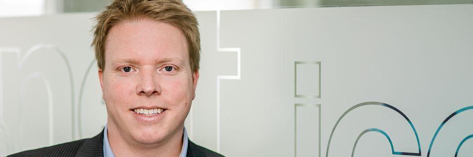 Ice-sjef Eivind Helgaker legger ned Officer-kjeden og erstatter den med Smartkom-kjeden som er eid 50 prosent av forhandlerne som deltar. Markedet de skal betjene er først og fremst små- og mellomstore bedrifter.