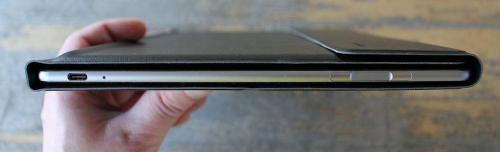 MateBook er godt beskyttet av tastaturdekselet. Her har vi også USB Type-C-kontakten til venstre, og mellom volumknappene til høyre sitter fingeravtrykksleseren.
