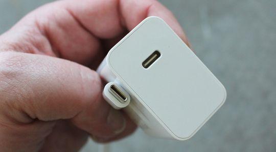 Medfølgende lader og kabel er også USB Type-C.