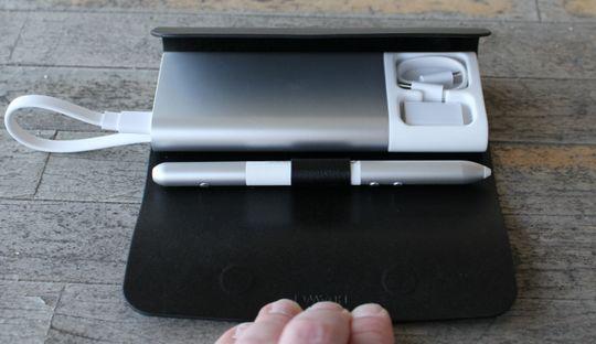 MateDock i etuiet, hvor det også er plass til MatePen og de to USB-overgangene som følger med datamaskinen.