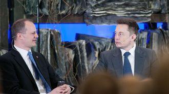 Samferdselsminister Ketil Solvik-Olsen i samtale med Tesla-gründer Elon Muskunder regjeringens konferanse om fremtidens transportløsninger i april i år.