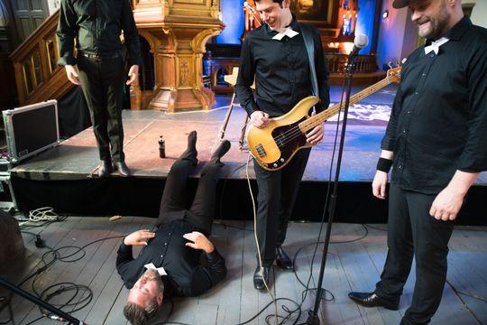 Ett av bandmedlemmene hadde operertbeinet en time før vi gikk inn i kulturkirken, og hadde temmelig solide smerter underveis. Enhver anledning til å legge seg ned med bena høyt ble benyttet.
