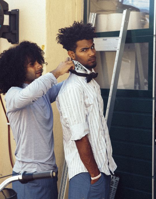 Alltid et skråblikk på verden: Moulham Aldhem hjelper Sandwich Brothers´ stand-up-komiker og hip-hop-danser Hussein Abdulwahid med outfiten som er designet av den prisvinnende norske designeren T-Michael.