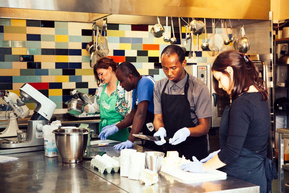 Mohammed Abdullahi og Abdifatah Abdullahi, begge Somalia, får hjelp av de arabiskkyndige frivillige Adriana Stoicaog Karin Mogstad.