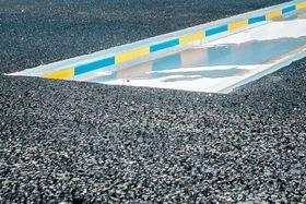 Avsløres av radar: Kjører du over 40 kilometer i timen mot disse fallemmene ved Øresundsbroen, åpnes en luke på cirka 6 centimeter i veibanen.