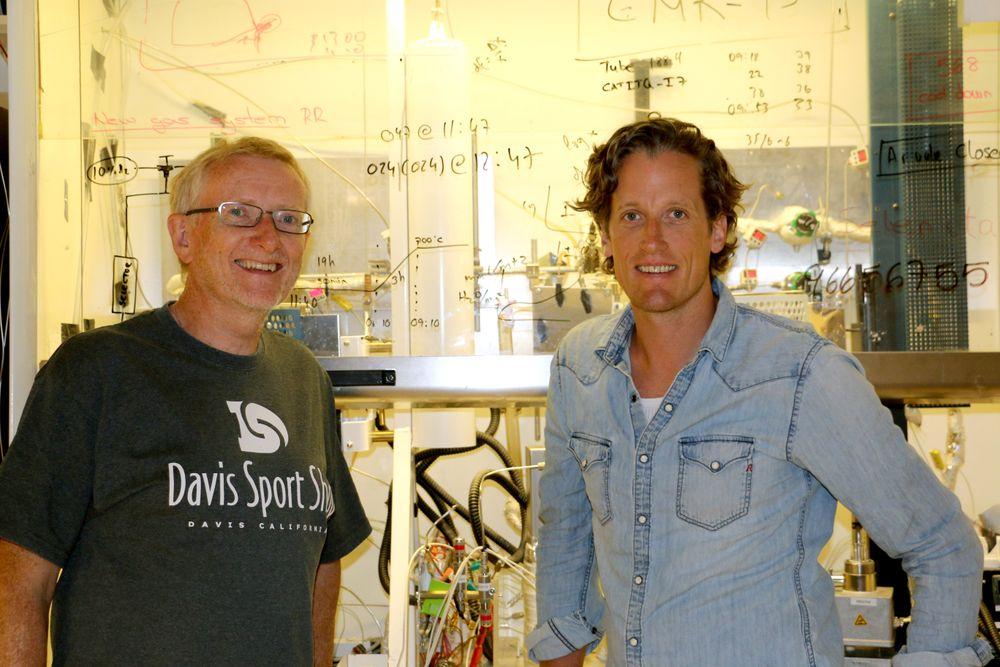 Det er mye spennende man kan gjøre med naturgass, mener Truls Norby og Christian Kjølseth, som begge har vært sentrale i utviklingen av teknologien som nå omtales i Science. Her er de i laboratoriet i Forskningsparken i Oslo hvor mye av lab-arbeidet gjøres.
