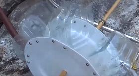 Hjulet består av avkappede plastflakse-bunner festet på engangstallerkener av plast.