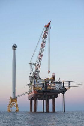 Her er Brave Tern klar for å montere rotorbladene, hver på 73,5 meter, som ligger på tvers over installasjonsskipet.