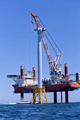 Del for del: Her har Brave Tern løftet nacellen og plassert den på tårnet til USAs første havvindmølle. HavvindparkenBlock Island (30 MW) skal bestå av fem turbiner.