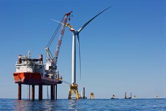 Her installerer Fred. Olsens installasjonsskip Brave Tern USAs første havvindturbin.