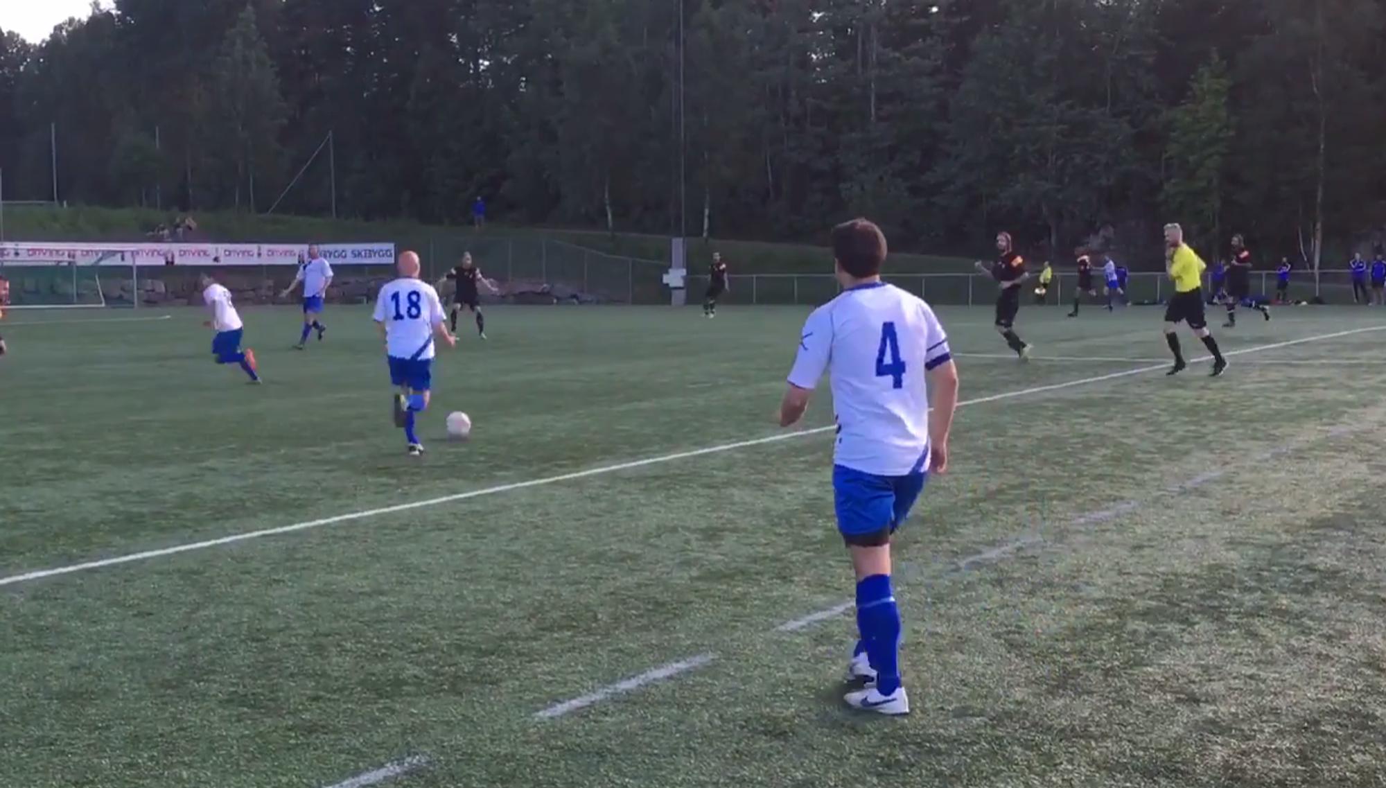 BEDRE ENN I FJOR: A-laget viser gode takter i årets sesong. Her spiller de mot Lille Tøyen i starten av sesongen, en kamp de vant 2-1.