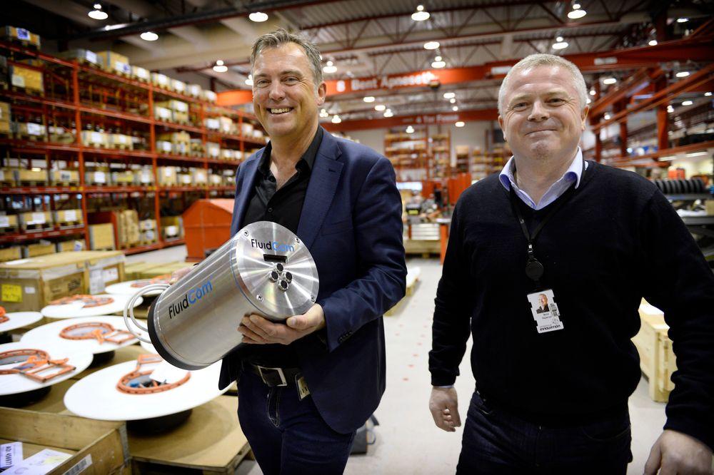 Gründer Alf Egi Stensen på Aarbakkes fabrikk på Bryne, der FluidCom produseres. Her sammen med Reid Skjærpe, administrerende direktør i Aarbakke Innovation AS.