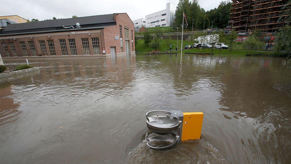 Det meldes stadig inn flere skader som følge av ekstremregn på østlandet i Norge. Bildet er fra Kværnerbyen i Oslo, hvor det ble oversvømmelse etter at en kulvert gikk tett i fjor.