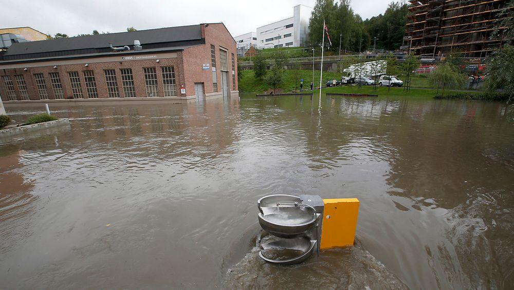 Styrtregn vil bli stadig merutfordrende på Østlandet i årene som kommer, ifølge DSB. Bildet er fra Kværnerbyen i Oslo, hvor det ble oversvømmelse etter at en kulvert gikk tett i fjor.