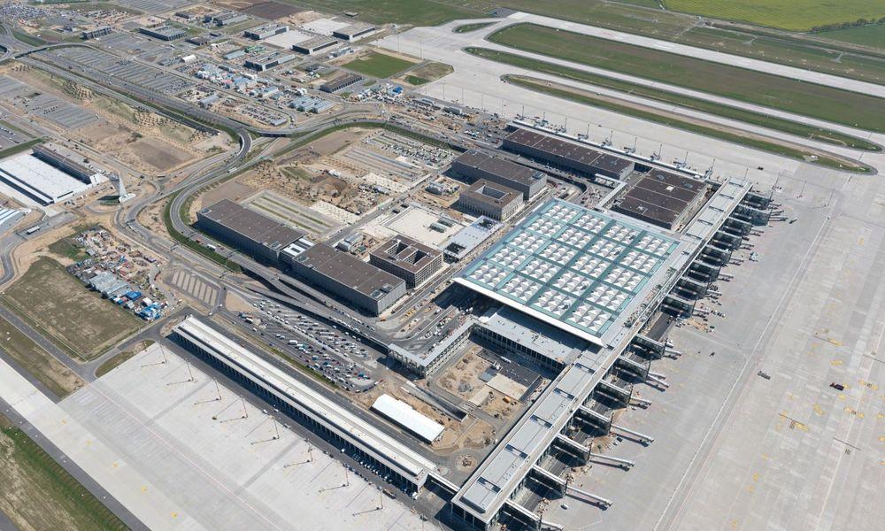 Berlins skandalerammede flyplass Berlin Brandenburg Airport får nye midler for å ferdigstille byggingen. Åpningen er planlagt i slutten av 2017.