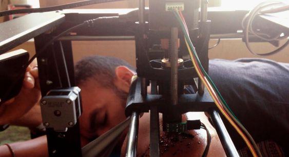 Johan Da Silveira får en tatovering av en MakerBot-maskin. (Skjermdump: Vimeo video)