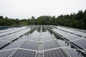 Størst vekst for solkraft på næringsbygg: Flere av de nye solcelle-anleggene på norske næringsbygg er enorme, noe som gjør stort utslag på statistikk-estimatene for 2016. Det første solcelle-anlegget til Rema1000 (bildet) er beskjedent i forhold (111 kWp)