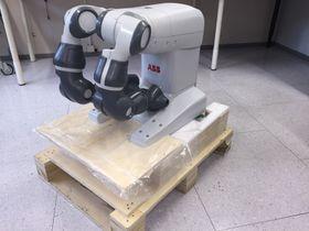 Norautron i Horten er første norske bedrift som har kjørt ABB-roboten YuMi.De har bare så vidt rukket å pakke den ut.