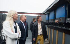 Planlegger flere: Onsdag åpnet Rema1000 sin første dagligvarebutikk med solceller på taket. - Målet vårt er å høste nye erfaringer slik at vi skal kunne installere solcelleanlegg på flere av våre butikker, sier kommunikasjonsdirektør Mette Fossum Beyer. På bildet, fra venstre: Fossum Beyer, byrådsleder i Oslo, Raymond Johansen (Ap) og solpanelmontør Per Urdahl i Solel.
