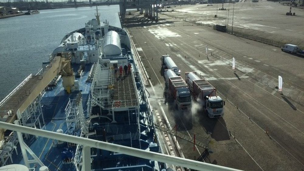 Gasstankene på dekk måtte kjøles ned til -163 grader med nitrogen før fylling av LNG kunne starte ved kai i Rotterdam onsdag. Ternsund var da det første havgående fartøy som bunkret LNG i den nederlandske havna.