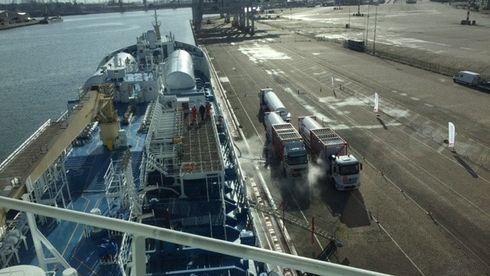Rotterdam skal bli Europas LNG-sentral. Svensk oljetanker ble først ut