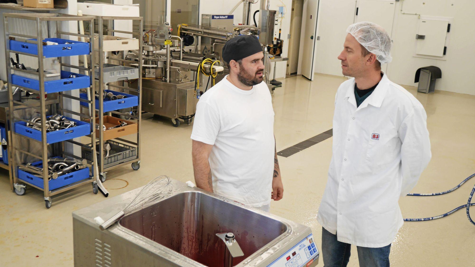 STRØR OM SEG MED GODE IDÉER: Roar Langli (t.v) sammen med produksjonsmedarbeider Danut Jitea sjekker alltid nye smaker.