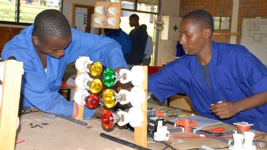 Skolene satser på å gi foreldreløse og fattige barn et grunnlag med yrkesskole, der de kan starte voksenlivet mer selvstendig.