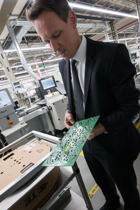 Oppdateres: Rüdiger Hellenkamp hos Miele har ansvaret for produksjonen av elektronikkdeler til vaskemaskinene, stekovneneog oppvaskmaskinene til Miele. Det er ingen enkel utfordring å lage avansert elektronikk som skal holde ut i husets ofte fuktigste rom.
