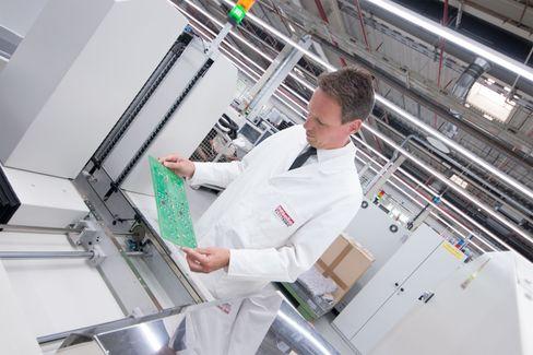 Plass nok: Rüdiger Hellenkamp er ansvarlig for å lage de elektroniske komponentene til Mieles vaskemaskiner, oppvaskmaskiner og stekeovner. Han har nok volum og vekt å gå på, men må bruke komponenter som passer bedre i en smarttelefon. Det lager en ekstra utfordring for maskinene som skal stå på fuktige rom.