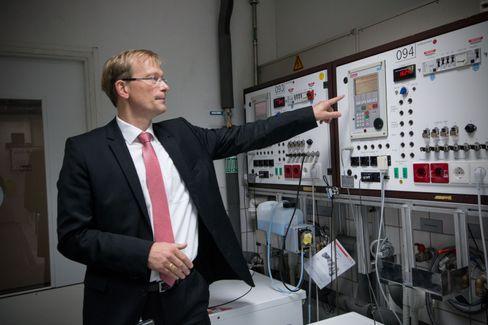 Teller i vei: Dr. Gayk viser et av panelene som sakte men sikkert teller opp antall vaskeprogrammer maskinen under har gjennomført i testrunden. Det er ikke over før panelet viser 5000 utførte programmer, eller ca.20 års antatt bruk.