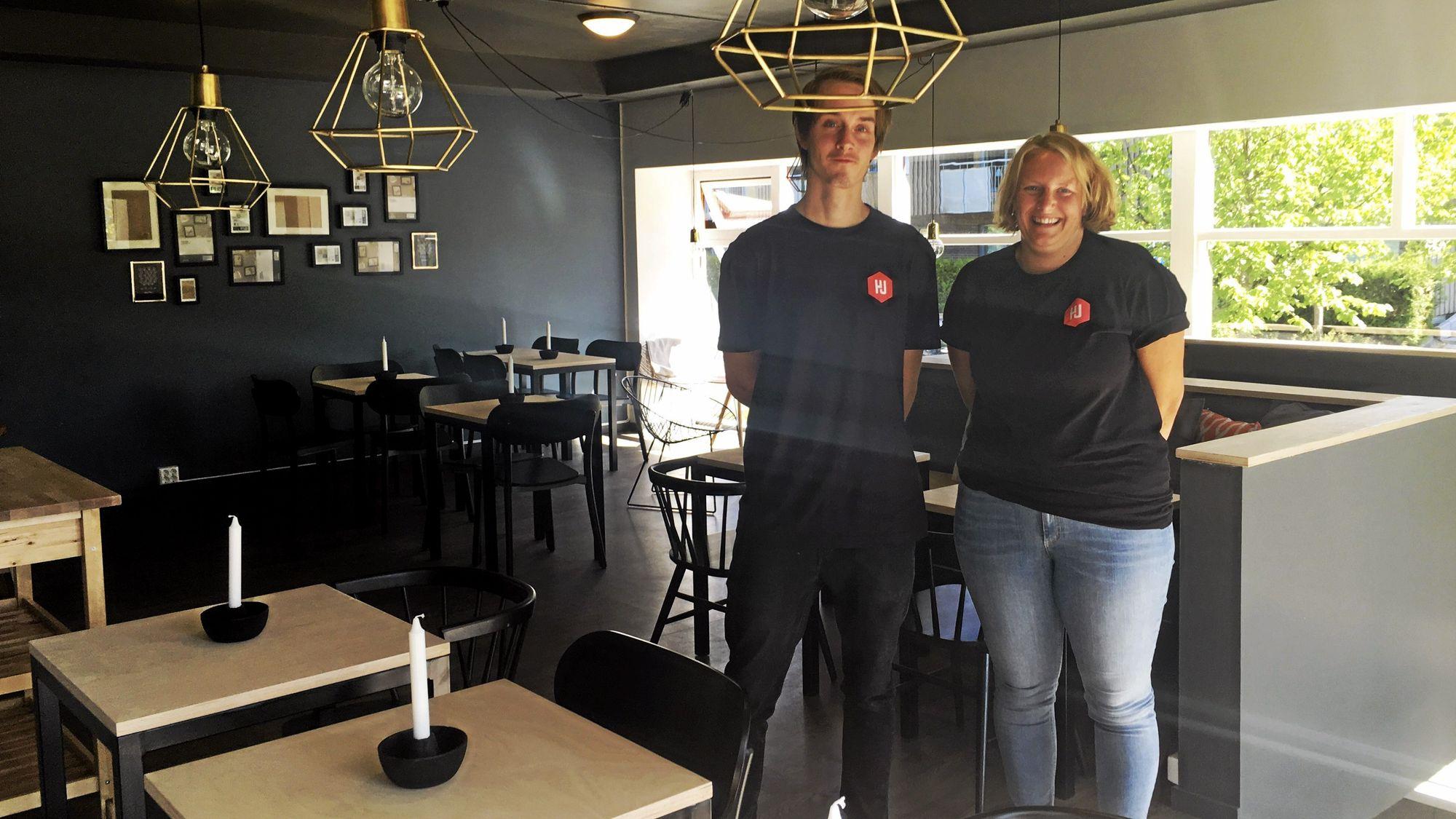 KOSELIG: Christoffer Dale Laabak (t.v.) og Marit Juven Gjærde skal skape en hyggelig mingleplass for de unge.