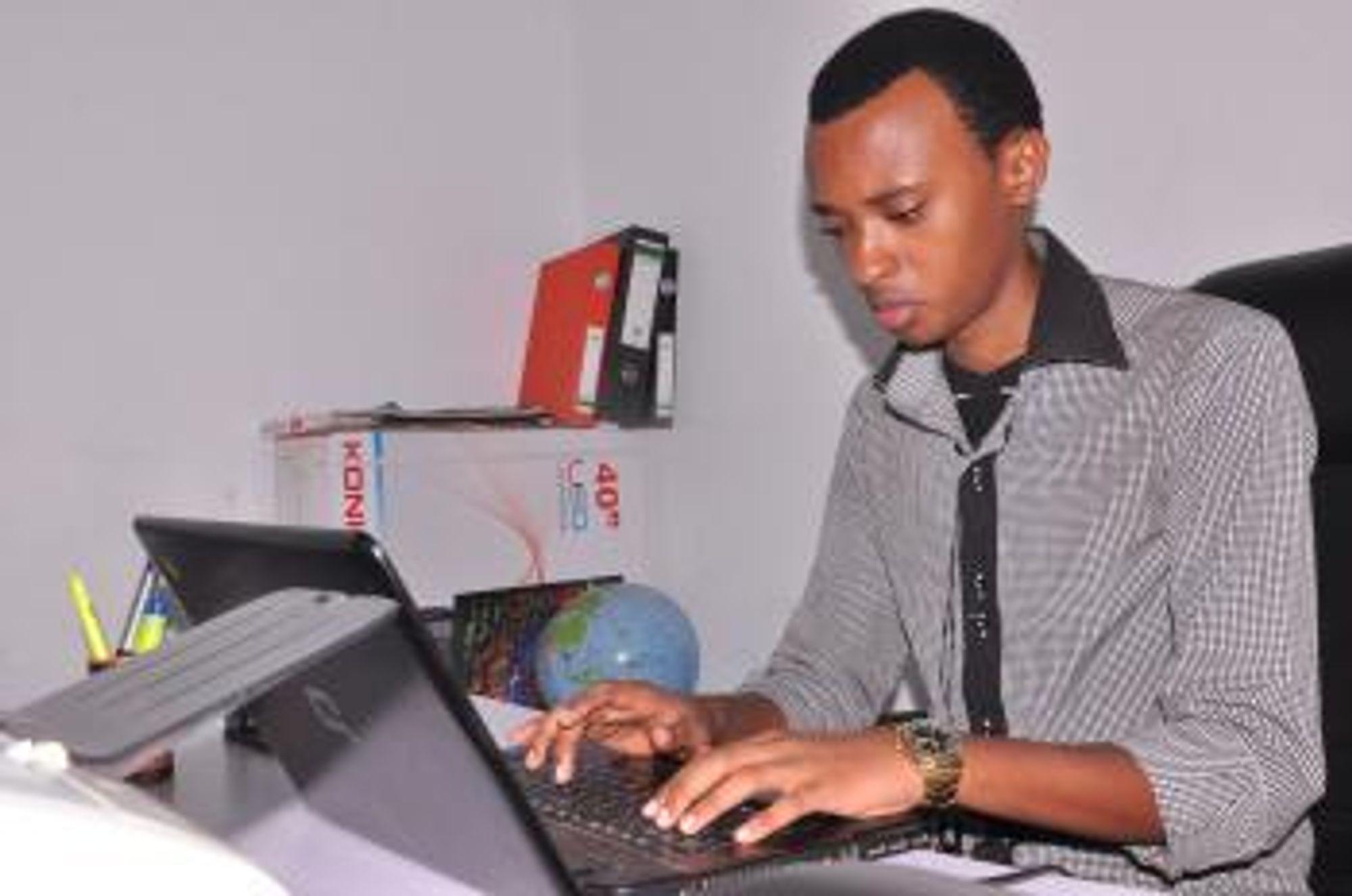 Alain var 14 år da han startet sin lille IT-bedrift. Foto:Ms Rose Lyadede.