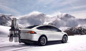 Tesla Model X har mulighet for tilhengerfeste, som åpner for mulighet for stativ bak bilen. En del andre elbiler, som Nissan Leaf, har også mulighet for slike stativ, men ikke tilkobling av tilhenger.